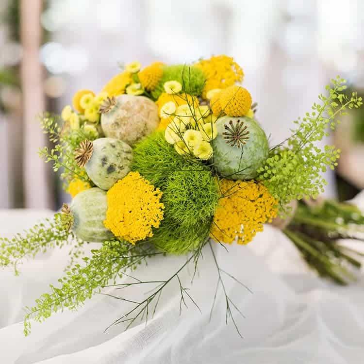 Sencillo ramo de novia en tonos amarillos