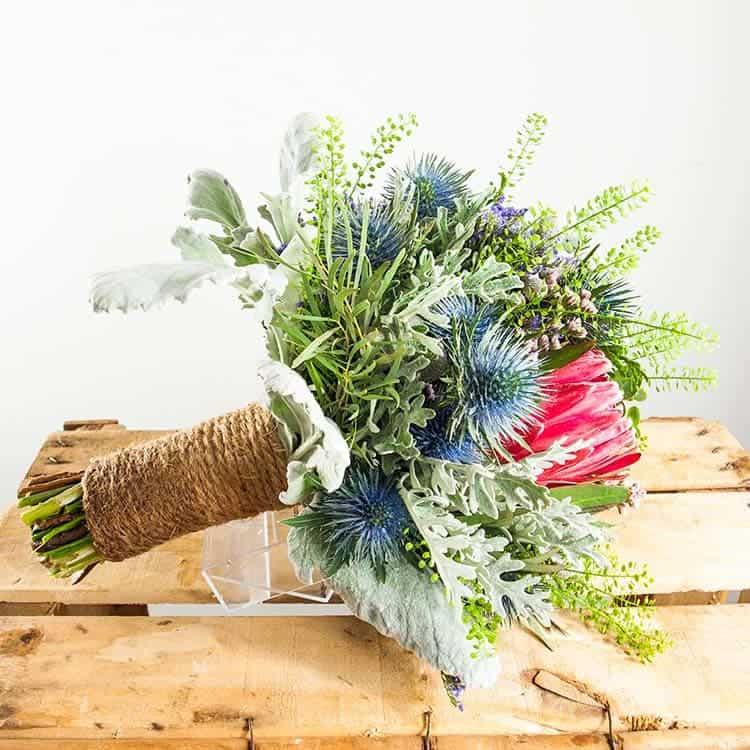 ramo de flores silvestres con una protea
